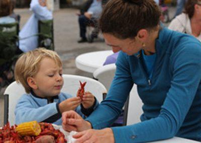 food-pinchapalooza-mom-kid-eating-crawfish